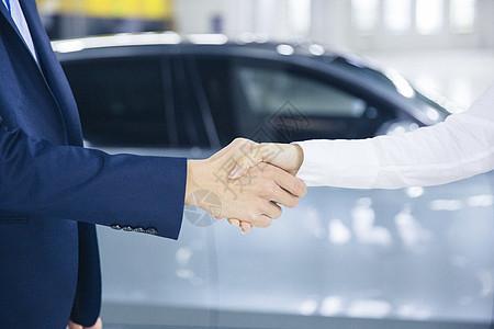 新车成交的握手特写图片