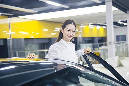 正在试驾的商务女士图片