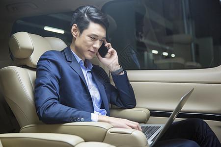 车内办公的商务人士图片