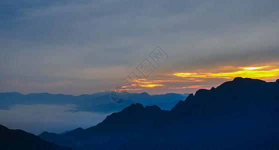 傍晚夕阳下的山脉和云雾图片