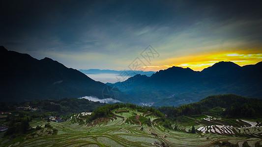 傍晚夕阳下的山脉和梯田图片