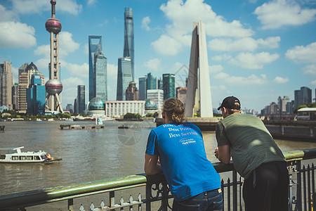 外国游客远望陆家嘴图片