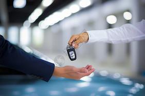 汽车销售钥匙交付图片