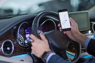 驾驶汽车手机导航图片