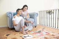 年轻情侣在客厅玩电脑图片