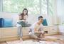 年轻情侣在客厅打游戏图片
