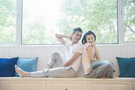年轻情侣在客厅沙发休息图片