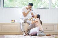 年轻情侣在客厅拍照图片