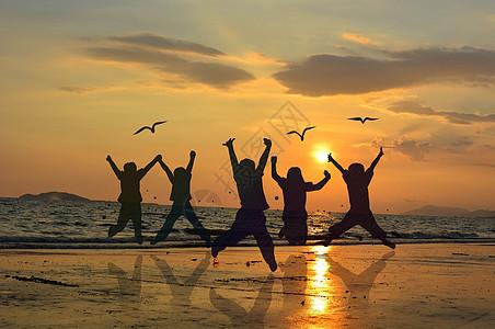 海边跳跃的人群图片