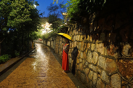 雨巷撑伞的女孩图片