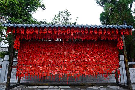 寺庙里的红色祈福墙图片