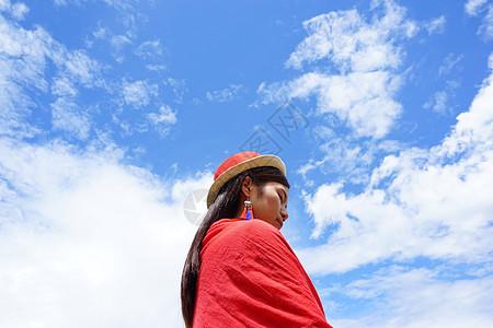 蓝天白云下戴帽子的女孩图片
