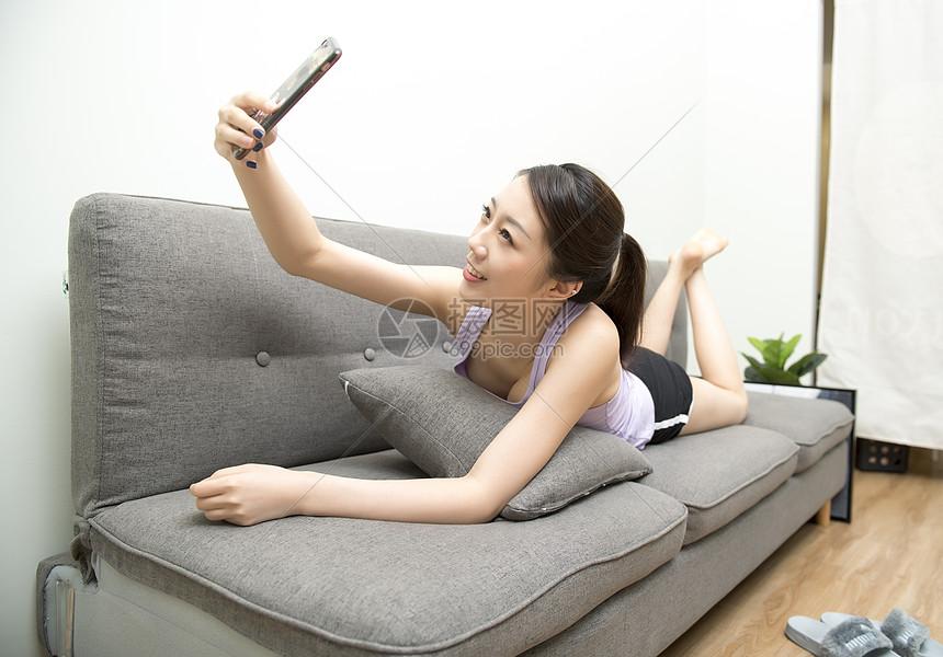 单身女子家居生活图片