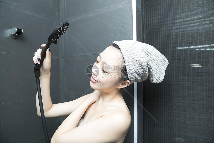 女子浴室洗澡图片