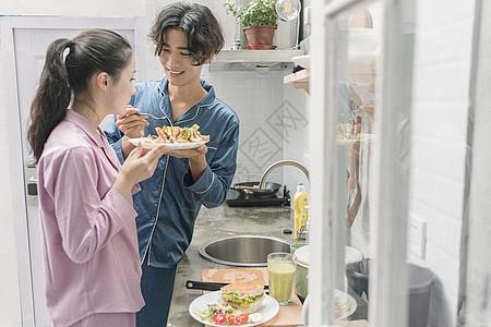 男女厨房吃东西图片