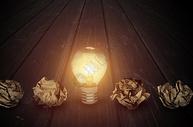 废纸与发亮的灯图片