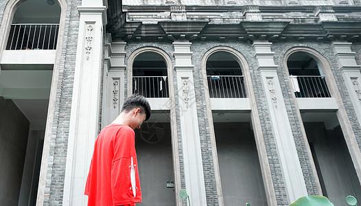 欧式建筑前的红衣男孩图片