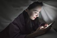 女生夜晚玩手机图片