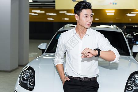 车前商务人士看手表图片