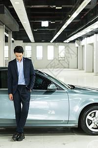 车前帅气商务人士图片