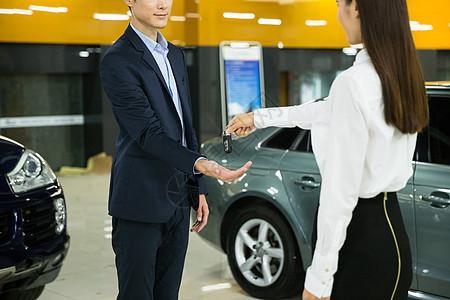 商务人士交车钥匙图片