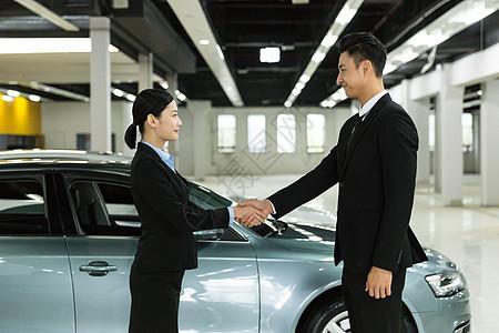 商务合作商务人士车前握手图片