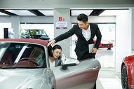 车行销售人员给顾客开车门图片