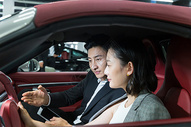 车内销售人员给顾客介绍车型图片