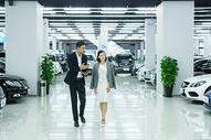 购车销售人员介绍车行图片