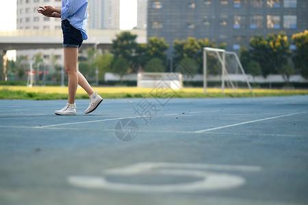 学校操场散步的女子图片