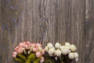 木纹背景上的玫瑰花图片