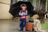 撑伞的孩子图片