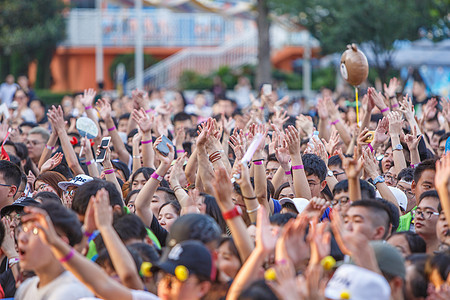 挥舞双手的人群图片