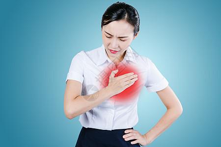 胸口疼痛的女性图片