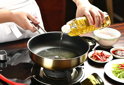 炒菜倒油图片
