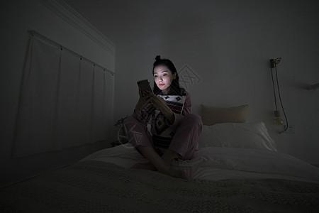 居家生活深夜看手机图片