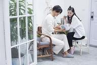 居家生活夫妻情侣在阳光房里休息图片