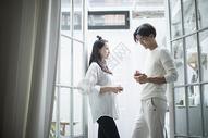 情侣在落地窗前喝咖啡图片