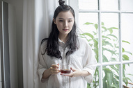 美女在家中喝咖啡图片