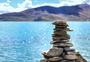 羊湖边的玛尼堆图片
