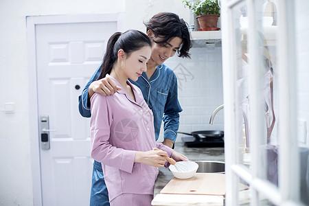 男女青年夫妇厨房做饭图片