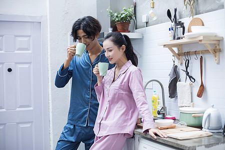 年轻夫妇一起喝茶喝水图片