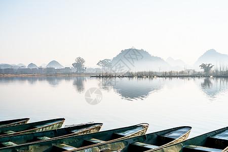普者黑晨雾一排小舟图片
