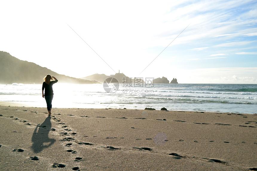 唯美图片 自然风景 阳光沙滩的女人背影jpg  分享: qq好友 微信朋友圈