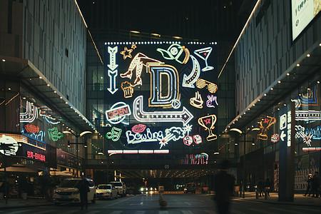 夜见的商业街霓虹灯图片