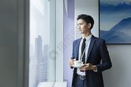 商务男士在办公室喝咖啡图片