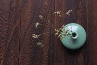 禅意花瓶木纹背景图片