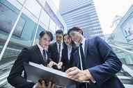 高档商务环境里的商务人士500690107图片