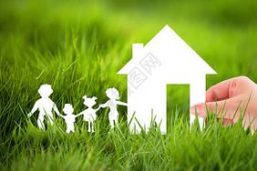草地上的房子和一家人图片