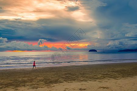 夕阳西下的马来西亚沙巴海边图片